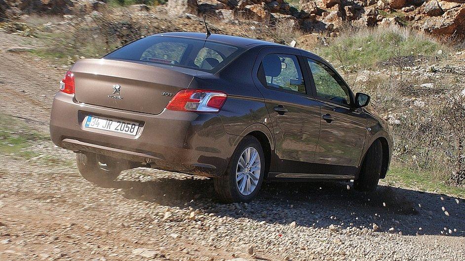 Peugeot 301 při testech v Turecku