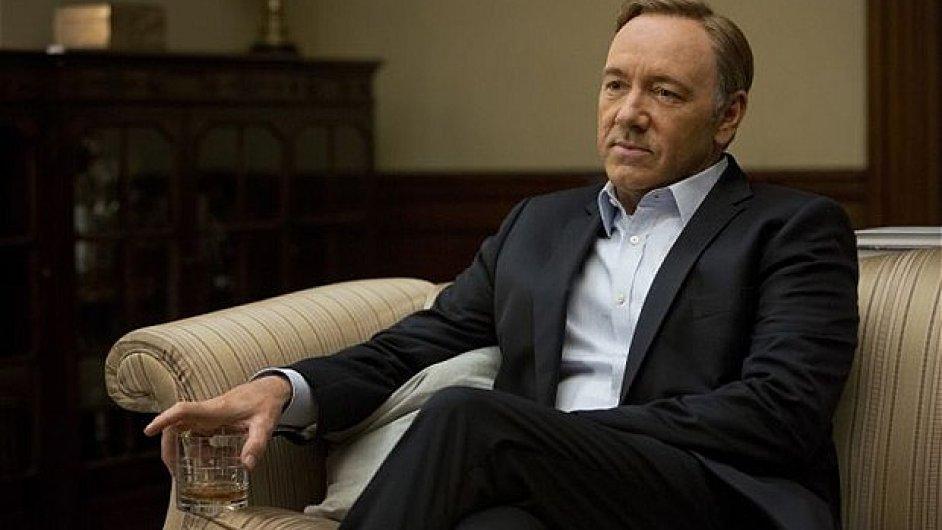 Kevin Spacey coby bezskrupulózní politik v seriálu House of Cards.