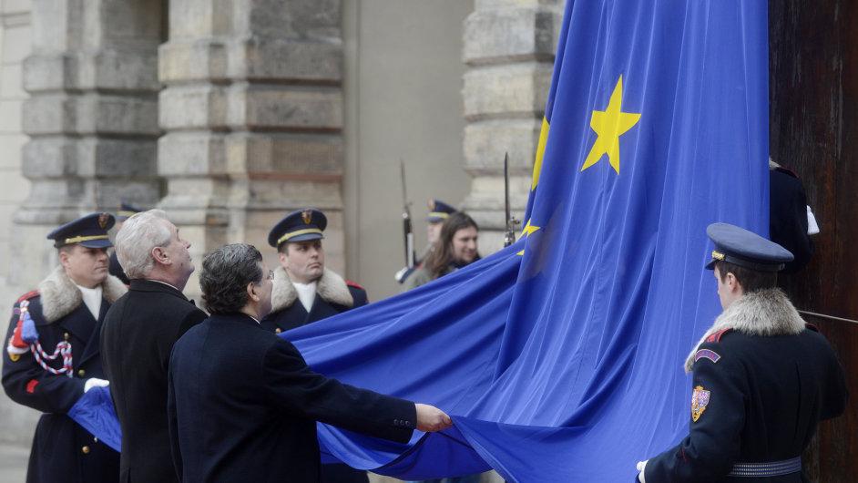 Vztyčování vlajky EU na Pražském hradě