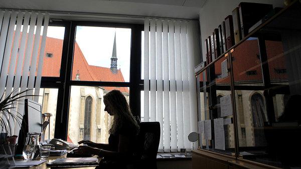 Úředníci bez maturity mohou přijít o práci