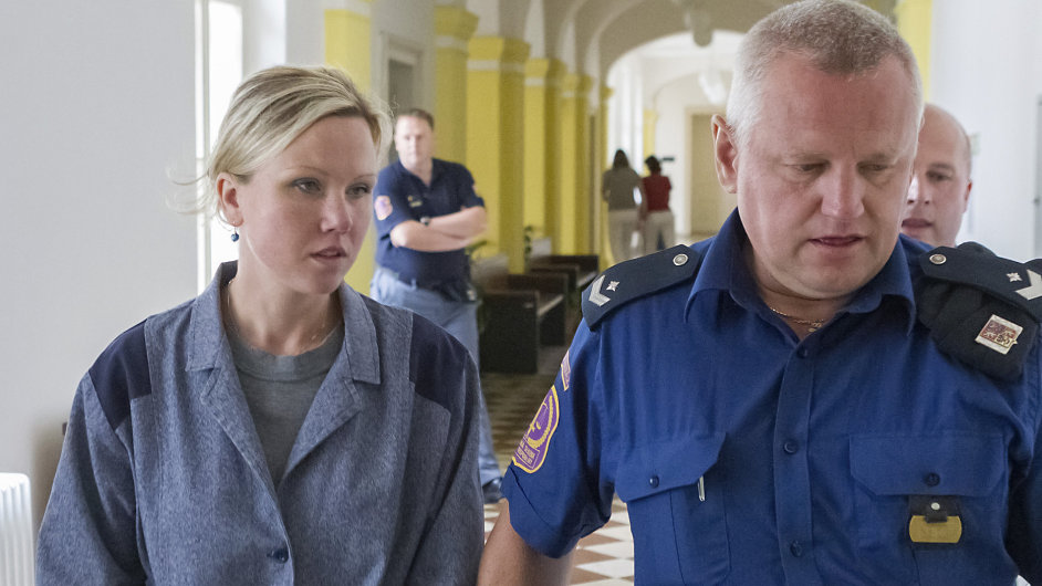 Klára Mauerová přichází 11. července do jednací síně Okresního soudu v Opavě