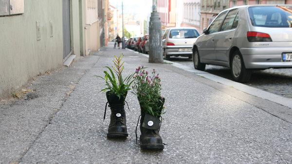 Boty s květinami propagují internetový portál