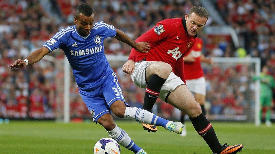 Ashley Cole a Wayne Rooney v ligovém utkání