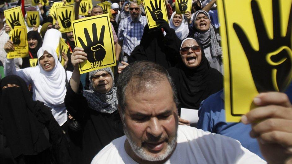 Členové Muslimského bratrstva při protestu
