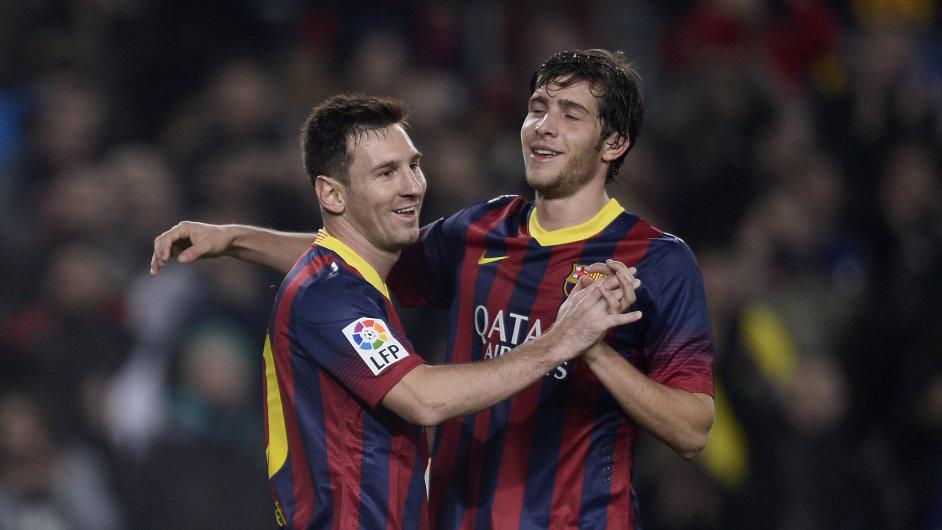 Lionel Messi a Sergio Roberto slaví gól do sítě Getafe.