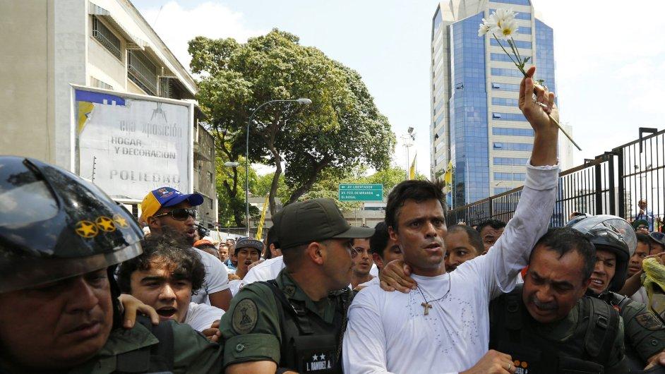 Lídr venezuelské opozice Leopoldo López se v úterý nechal zatknout národními gardami.