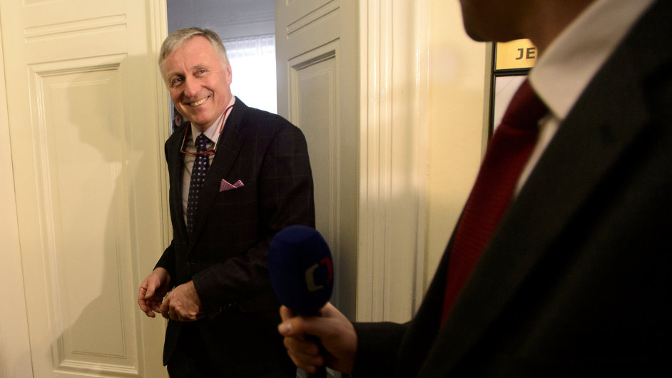 Bývalý premiér Mirek Topolánek odchází po výpovědi v hlavním líčení v případu údajné korupce při nákupu vozů Tatra.