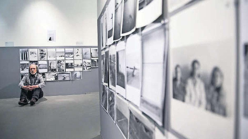 Horní část stěn je na výstavě vyhrazena fotografiím akcí Jiřího Kovandy (na snímku), spodní zahraničním umělcům, kteří měli blízko ke Kovandovým performancím.