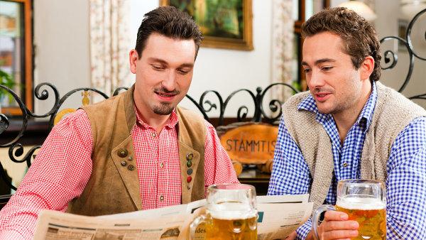 Návštěvníci hospod čtou deníky častěji než zbytek populace, který do nich nechodí.