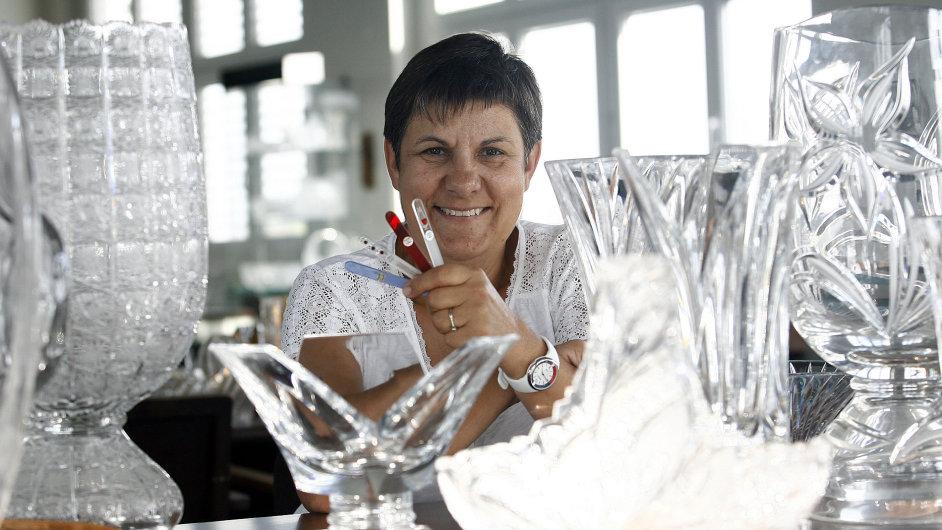 Sklárna v Poděbradech Blažek Glass. Na snímku majitelka firmy