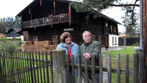 Iluzi Alp uprost�ed �esk� �umavy vytv��� domy, kter� von� po d�evu