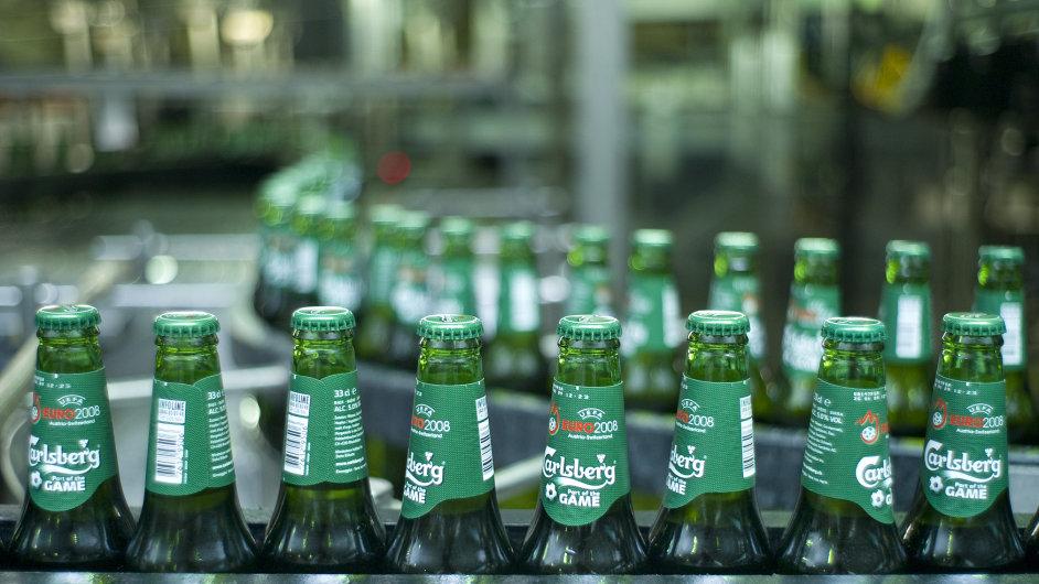 Stáčírna piva dánské pivovarské společnosti Carlsberg.