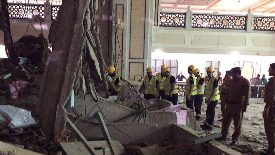 Záchranáři v místě nehody v Mekce.