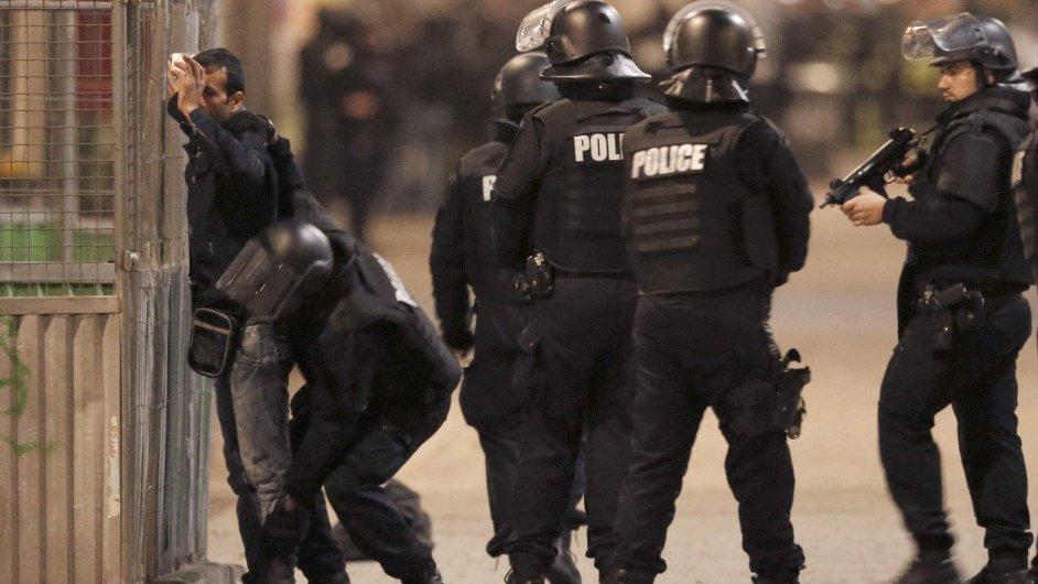 Policie provedla razii v pařížské čtvrti Saint-Denis.