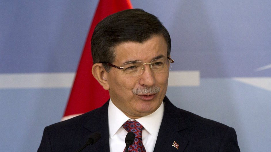 Turecký premiér Davutoglu v sídle NATO