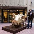 Zlat� pras�tko. Kofola Janise Samarase je prvn� firmou v �esku, kter� prodej akci� na burze vyu�ila v marketingov� kampani sv� zna�ky.