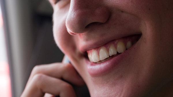 I záměrně vytvořený úsměv dokáže povzbudit naše emoce - Ilustrační foto.