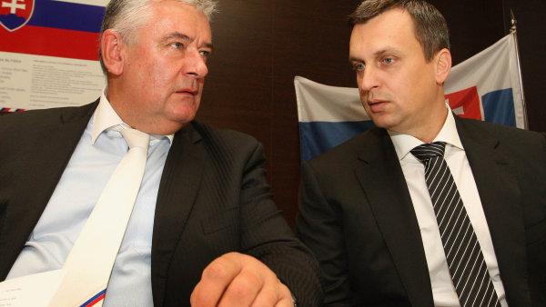 B�val� p�edseda SNS J�n Slota (vlevo) a nov� p�edseda Andrej Danko.