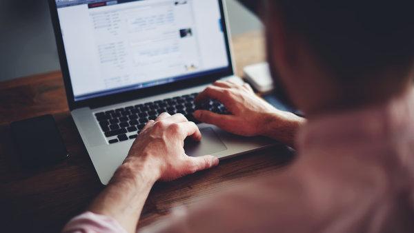 V koktejlu informací soutěží falešné zprávy o počet kliknutí a sdílení s kvalitně zpracovanými informacemi.