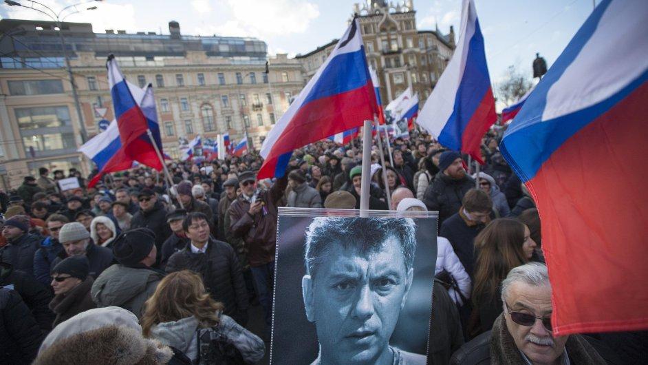 V Moskvě se shromáždily tisíce lidí, aby si připomněly vraždu opozičního politika Borise Němcova.