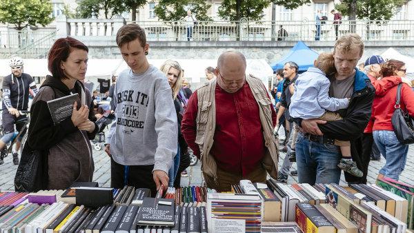 Veletrhu malých nakladatelů Knihex napražské náplavce letos klesl grant na25 tisíc korun.