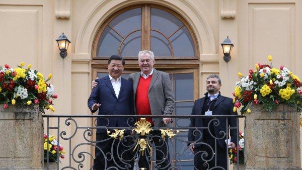 ��nsk�ho prezidenta Si �in-pchinga na z�mku v L�nech p�iv�tal jeho �esk� prot�j�ek Milo� Zeman.