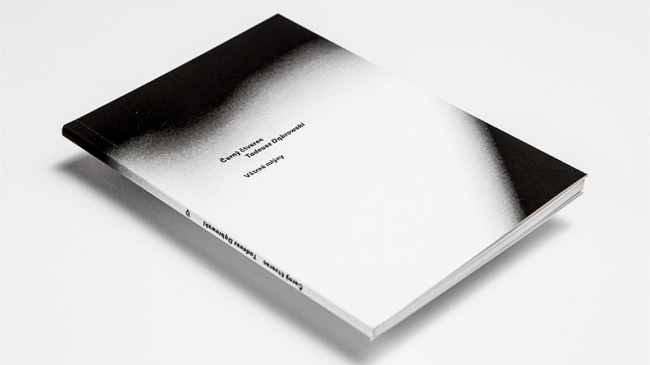 Na snímku je kniha Tadeusze Dąbrowského Černý čtverec.