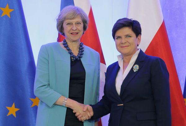 Britská premiérka Theresa Mayová '(vlevo) a polská premiérka Beata Szydlová ve Varšav�.