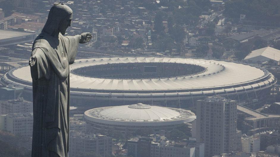 Před stadionem v Rio de Janeiru stojí socha Krista Spasitele.