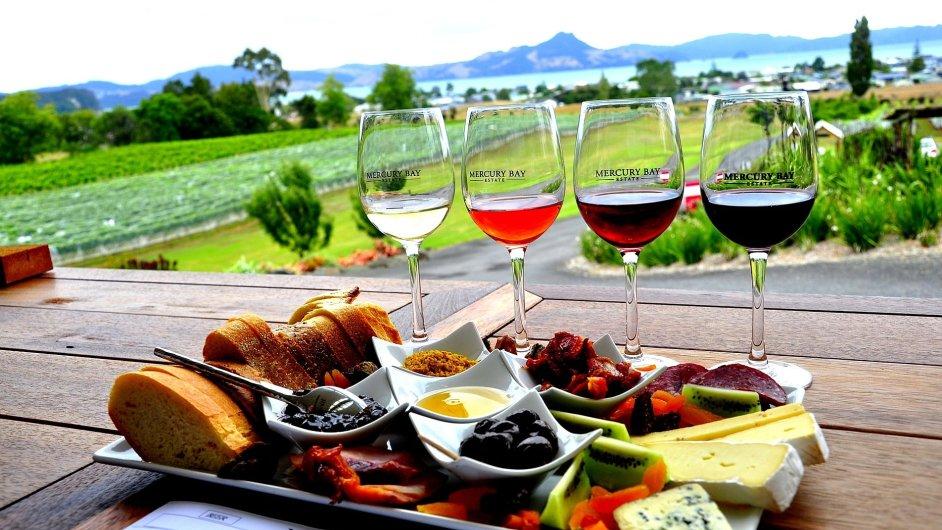 K vínu se skvěle hodí zelenina, sýry i kvalitní uzeniny a pomazánky - Ilustrační foto.