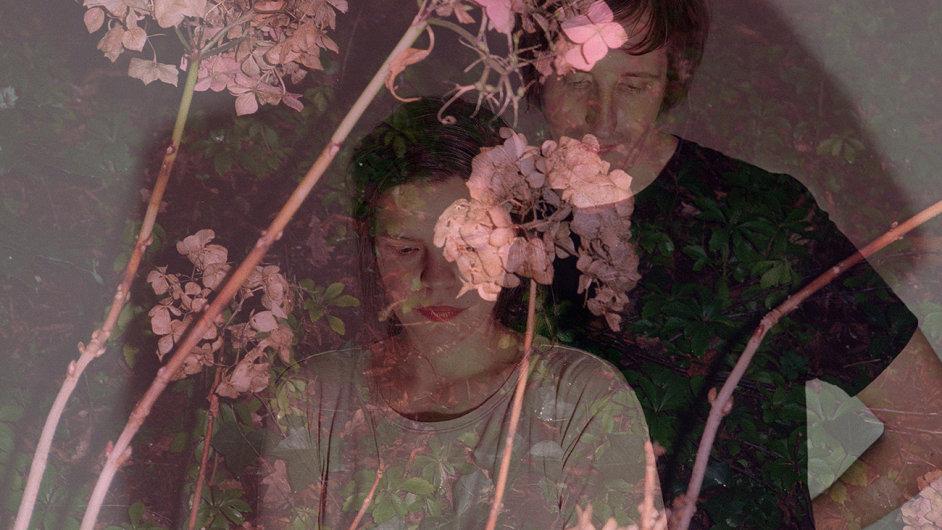 Zpěvačka Mohna (vlevo) pocházející z kapely Me Succeeds producentu Löfflerovi (vpravo) přispěla už na jeho debutovou desku.