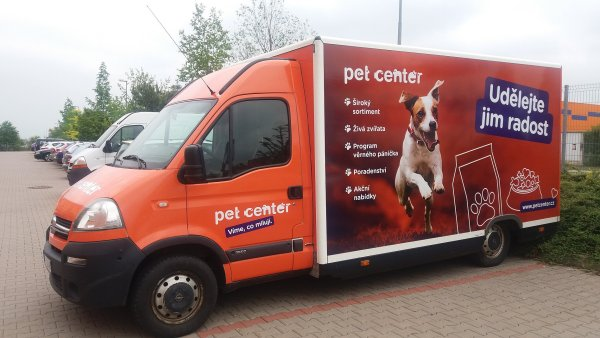 Pojízdná prodejna, která nabízí sortiment Pet Center na festivalech a dalších venkovních akcích - autobus by vypadal designově velmi podobně, s logem, sloganem apod.