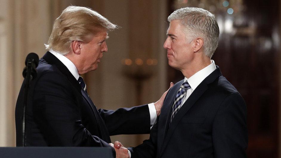 Trump nominoval do Nejvyššího soudu konzervativce Neila Gorsucha.