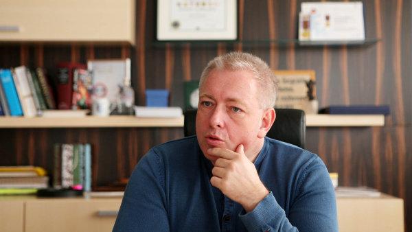 Ministr vnitra Milan Chovanec je stále přesvědčen, že ho možná sledovali agenti Vojenského zpravodajství.