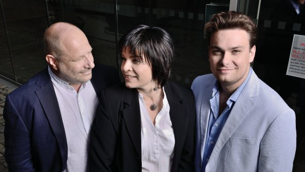 Cenu v Londýně převzala klavíristka Jitka Čechová (uprostřed).