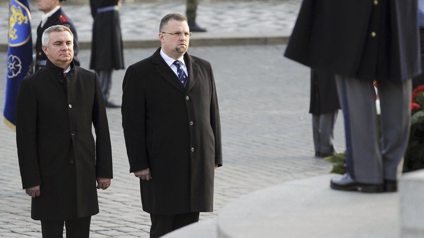 Hradní kancléř Vratislav Mynář (vlevo) a ředitel protokolu Jindřich Forejt uctili 28. října státní svátek položením věnce k soše T. G. Masaryka na pražském Hradčanském náměstí.