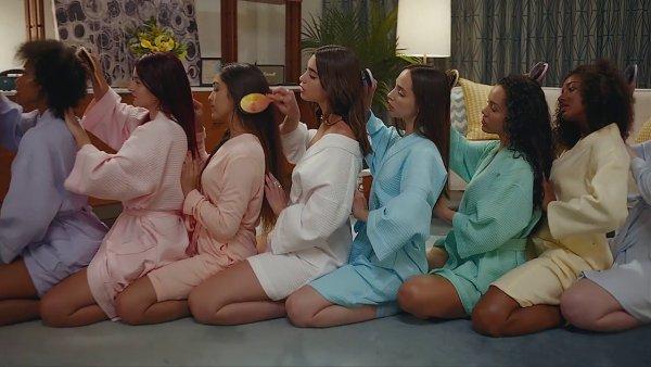 Snímek z videoklipu Duy Lipy.