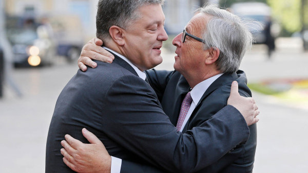 Ukrajinský prezident Petro Porošenko ašéf Evropské komise Jean-Claude Juncker při summitu v Kyjevě.