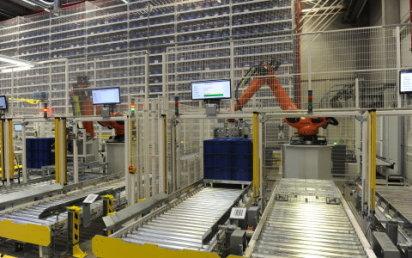"""V novém automatizovaném skladu """"pracují"""" i čtyři roboti."""