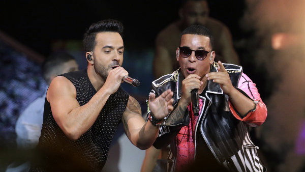 Na snímku z dubnového předávání cen Latin Billboard Awards Luis Fonsi a Daddy Yankee zpívají svůj hit Despacito.