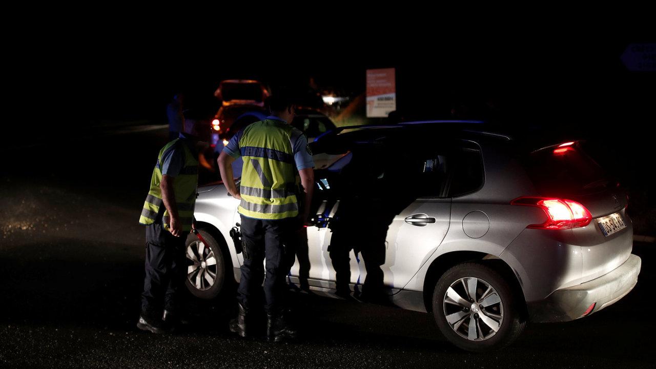 Policie u zátarasů brání vjezdu ostatním autům.