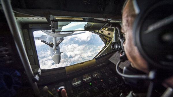 Pohled z amerického tankeru KC-135 na americký nadzvukový strategický bombardér B-1B při tankování