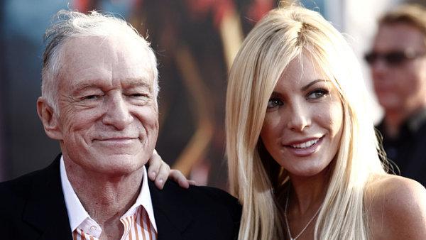 Hefner kolem Playboye vybudoval celé impérium. S nástupem internetu se mu ale příliš nedařilo, firmu v té době vedla jeho dcera Christie (na snímku Hefner s modelkou Crystal Harrisovou).