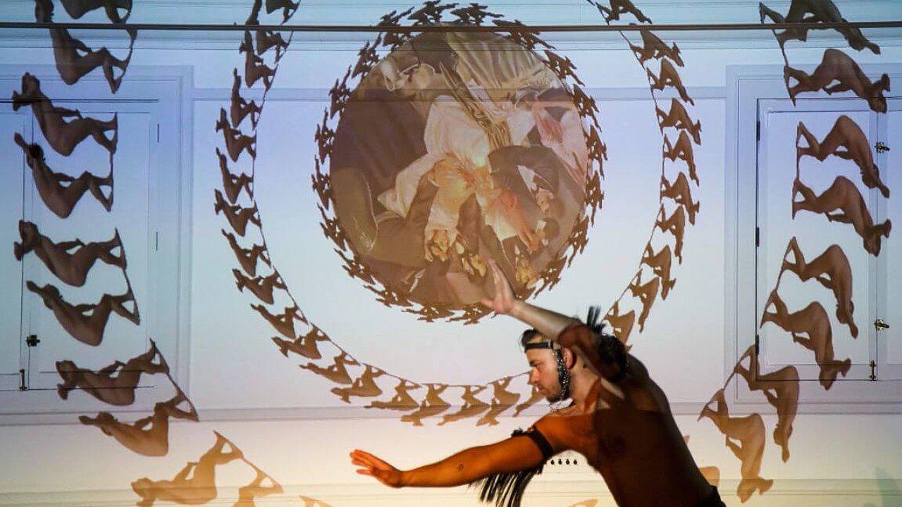 Na diváky čekají například prvky cornwallského májového průvodu a neopohanských rituálů plodnosti, avizují pořadatelé.