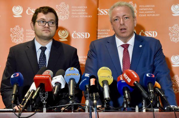 Zleva předseda poslaneckého klubu ČSSD Jan Chvojka a statutární místopředseda strany Milan Chovanec vystoupili 10. ledna v Praze na tiskové konferenci.