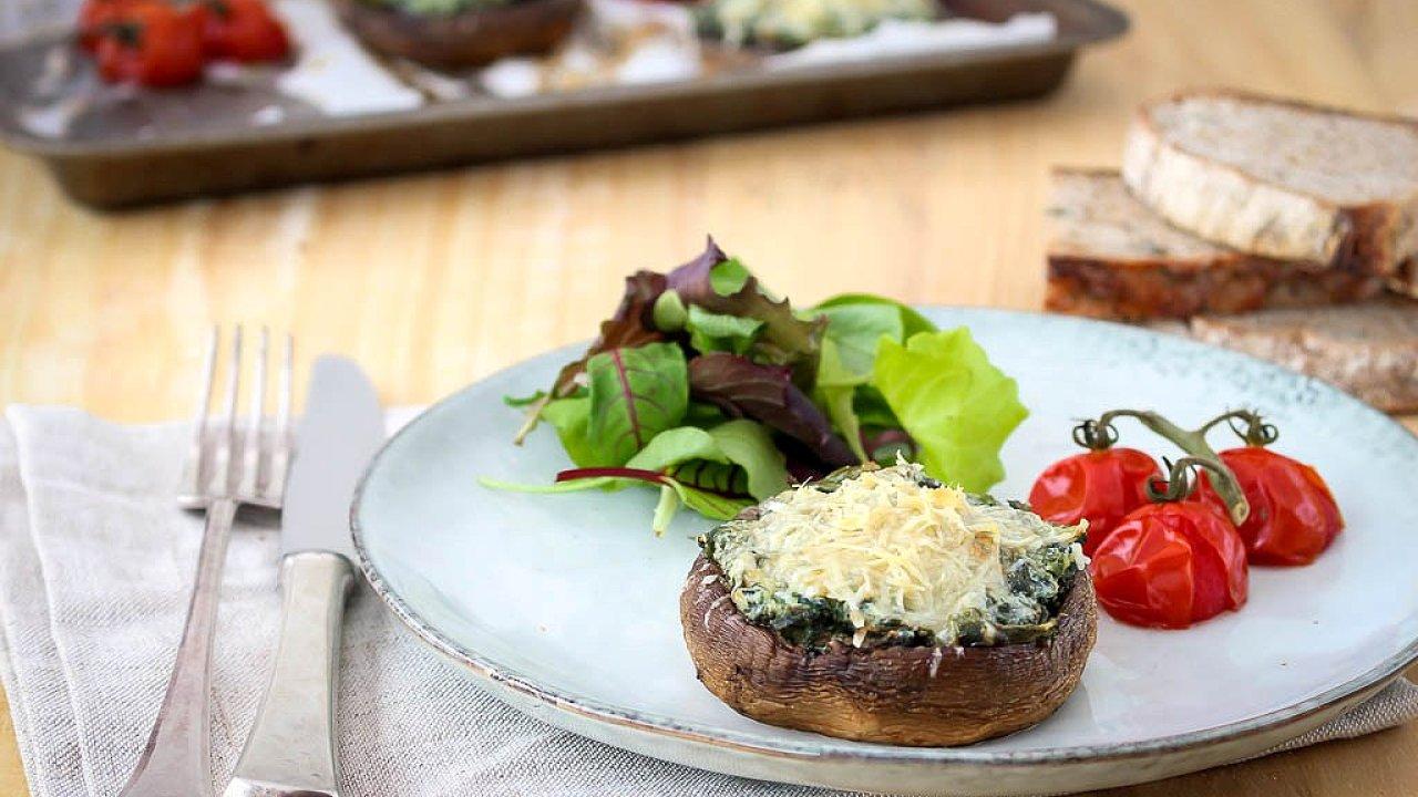 Zapečené houby se špenátem a parmezánem využívají bohatě chuť umami.
