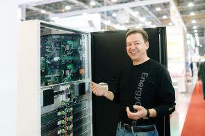 Podnikatel Tomáš Jelínek a baterie.