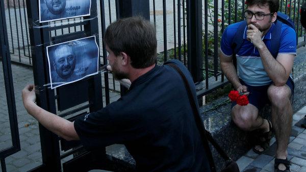Předčasná pieta: naplot ruské ambasády vKyjevě pověsili lidé fotografie Arkadije Babčenka. Tehdy ještě mysleli, že je mrtvý.