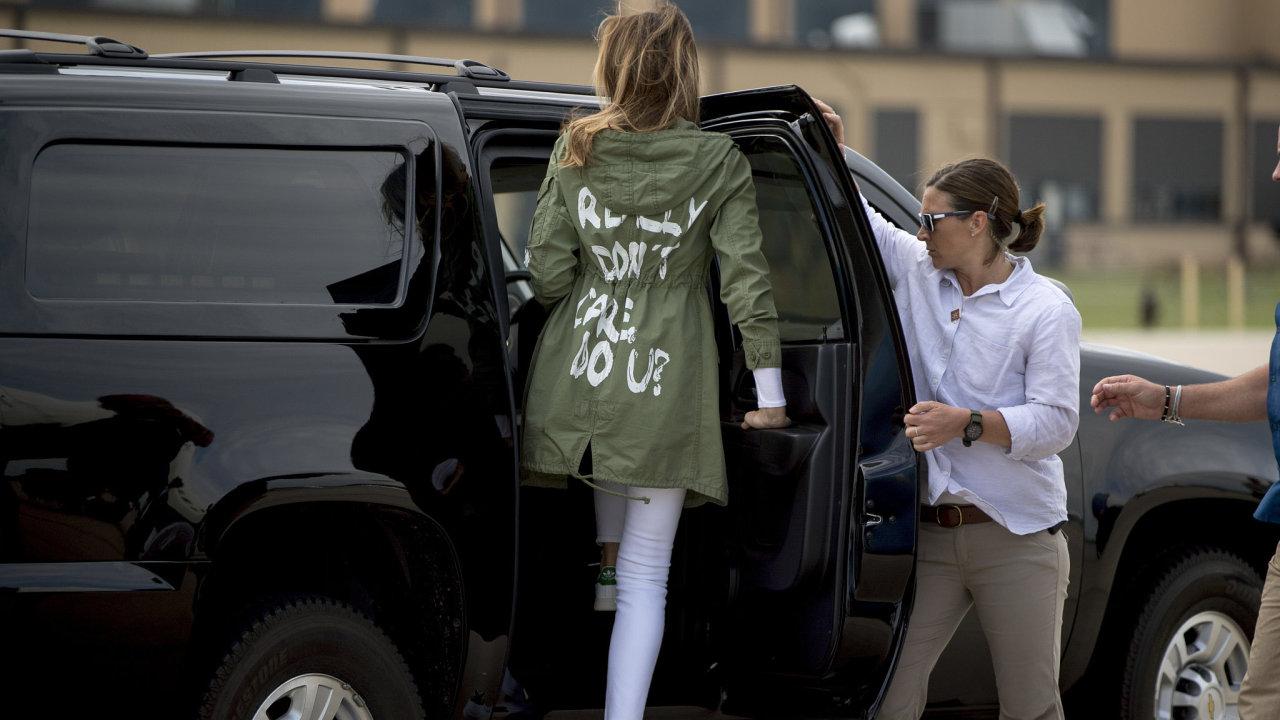 První dáma USA pobouřila nápisem na bundě.