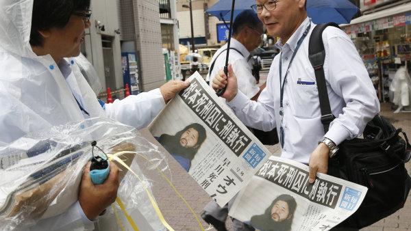 Japonské noviny informují o popravě vůdce sekty Óm šinrikjó Šókó Asaharu a šesti jeho stoupenců.
